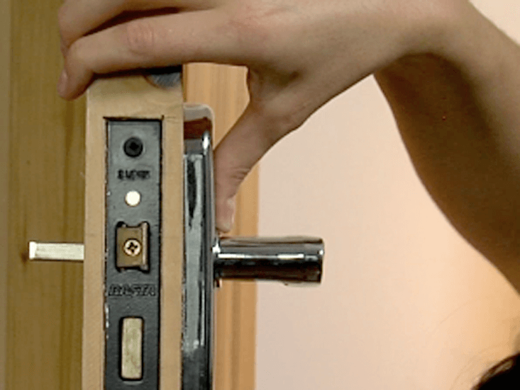 How To Change A Door Handle | Woodie's
